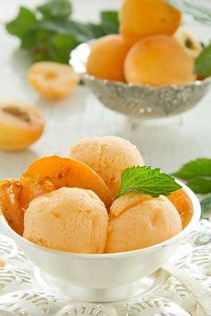 Абрикосовое мороженое с жареными абрикосами.