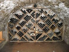 Aménagement de rangement sur mesure dans une cave voutée. Dans cette cave 450 bouteilles sont rangées. Wine Cellar Design, Wine Label Design, Caves, Brewery Interior, Underground Cellar, Wine Vault, Wine Cellar Basement, Home Wine Cellars, Wine Cabinets