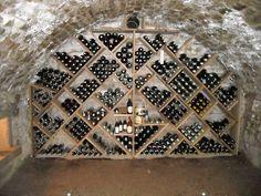Chez NOX ambiance LOFT j'adore ! Cave voûtée , petites briquettes, escalier