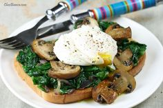 Sanduíche aberto com espinafre, cogumelos e ovo pochê « chezbianca