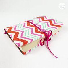 Buchhülle aus Baumwollstoff, verstellbare Breite, Lesezeichen, pink Abmessungen: ca. 30 cm breit x 22 cm Preis: € 20,- Jetzt bestellen: http://www.popcut.at/diy/webshop/