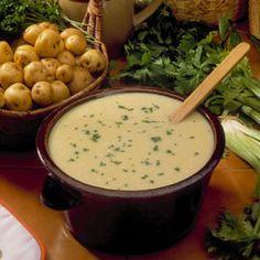 CREMA DE APIO Ingredientes - 3 apios - 3 patatas - 1 cebolla - 3 yemas de huevo - 1 litro de leche - 400 ml nata para cocinar - 50 g de mantequilla - 100 g pan - sal