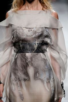 Valentino Spring 2010 Ready-to-Wear Fashion Show Details High Fashion, Fashion Show, Fashion Glamour, Women's Fashion, Fashion Clothes, Fashion Ideas, Valentino Dress, Textiles, Couture Collection