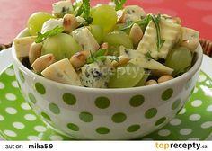 Sýrový salát s hroznovým vínem a mandlemi recept - TopRecepty.cz
