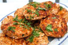 Laksebiff Tandoori Chicken, Salmon Burgers, Chili, Fish, Ethnic Recipes, Drink, Velvet, Beverage, Chile