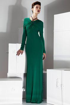 ABENDKLEID  - Figurbetontes smaragdgrünes Abendkleid aus Jersey mit elegant drapiertem Ausschnitt, der durch eine Halskette gehalten wird.