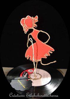 Cette petite chanteuse en ficelle armée et papier lui chante I want be kissed by you, I want be loved by you ! Poupoupidou ! Oui nous voulons toutes quils nous aiment ! Cette sculpture est entièrement réalisée à la main, posé sur un ancien disque vinyle 45 tours. Je crée mes