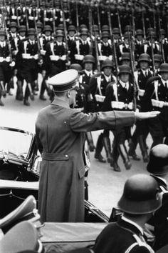 Défilé de SS de la Leibstandarte.