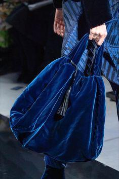 Armani Taschen Giorgio Armani Herbst 2019 Prêt-à-porter-Kollektion, Landebahn-Looks, Schönheit, Modelle und Rezensionen. Fashion Bags, Fashion Show, Fashion Accessories, Womens Fashion, Fashion Trends, Blue Fashion, Giorgio Armani, Fabric Bags, Big Bags
