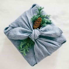 To reduce your ecological footprint, try Furoshiki wrapping, a traditional Japanese wrapping method in which you use a cloth to wrap gifts, bottles of sake or lunches. ♦๏~✿✿✿~☼๏♥๏花✨✿写☆☀🌸🌿🎄🎄🎄❁~⊱✿ღ~❥༺♡༻🌺<SA Feb ♥⛩⚘☮️ ❋ Japanese Gift Wrapping, Japanese Gifts, Gift Wrapping Tutorial, Wrapping Ideas, Wrapping Gifts, Gift Wrapping Clothes, Diy Wrapping Paper, Furoshiki Wrapping, Sustainable Gifts