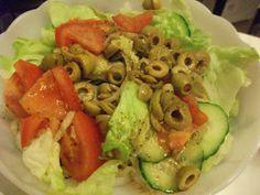 Salat mit Oliven gab es bei Yvonne abends zu Pasta mit einer deftigen Soße.