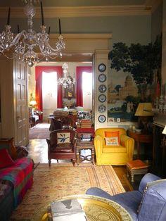 Keltainen talo rannalla: Väriä ja klassista tyyliä