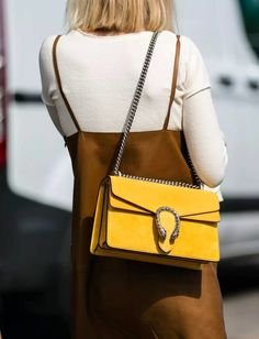 Jaune citron + marron glacé = le bon mix (sac Gucci - photo A Love is Blind)