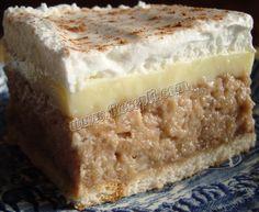 Recept za Ledena fantazija sa bananama. Za spremanje kolača neophodno je pripremiti keks, jabuke, banane, orah, šećer, puding, mleko, maslac, šlag, kiselu vodu i čokoladu.
