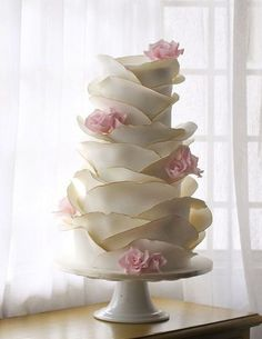 Another Tasteful Fondant Rose Petal Cake. With The Addition Of Gold Foiling On The Very Edge Of Each Petal. Another Tasteful Fondant Rose Petal Cake. With The Addition Of Gold Foiling On The Very Edge Of Each Petal. Elegant Wedding Cakes, Beautiful Wedding Cakes, Gorgeous Cakes, Wedding Cake Designs, Pretty Cakes, Amazing Cakes, Trendy Wedding, Elegant Cakes, Elegant Cake Design