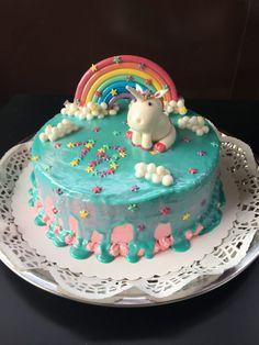 Geburtstagstorte aus Sahne mit Schokotopping, Einhorn und Regenbogen