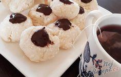Kokosové pusinky   NejRecept.cz Meringue Pavlova, Doughnut, Cookies, Food, Bakken, Easy Coconut Macaroons, Top Recipes, Best Recipes, Dessert Ideas