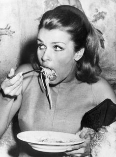 15 Hilarious Sneaky Photos Captured Iconic Beauties While Chowing Down