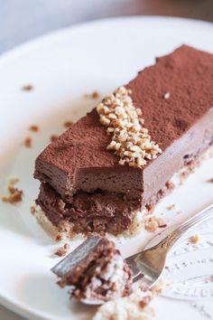 Le royal au chocolat, ou trianon est un grand classique en pâtisserie. Et pourtant, il n'est jamais passé par ma cuisine, jusqu'à aujourd'hui! C'est une commande que j'ai eu pour samedi, qui m'a do...: