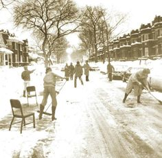 PHOTO - CHICAGO - 900 BLOCK OF NORTH LECLAIRE AVE - APARTMENT NEIGHBORHOOD - RESIDENTS SNOW SHOVELLING STREET - 1979 - EDITED FROM A CHICAGO TRIBUNE IMAGE