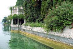 Lago di Garda, Gardone Riviera, villa storica in stile Liberty direttamente a lago, con ampio parco e pontile privato. Occasione introvabile!