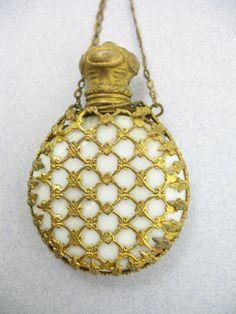 Resultat av Googles bildsökning efter http://verabattemarco.com/images/D/milk-glass-chatelaine-perfume-bottle-1.jpg