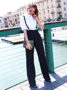 Fashion-Bloggerin Virginia Varinelli stylt Hosenträgerzur Marlenehose und setzt auf weibliche Accessoires.