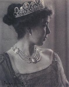 Queen Josephine dies in 1876, leaving the cameo tiara to her unmarried daughter, Princess Eugenie. She in turn leaves it to her unmarried nephew, Prince Eugen. The cameo tiara is later loaned to Crown Princess Margaret, nee Connaught, with wife of Crown Prince Gustaf Adolf, nephew of Prince Eugen. 1915