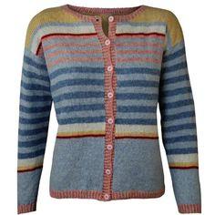 Strikkeopskrift på Bolchetrøje. Iøjnefaldende trøje i pastelfarver Strikket nedefra og op. Ærmerne er strikket fra ærmegabet og ned Trøjens længde kan reguleres efter eget ønske ved at strikke den nederste stribe længere eller kortere Strikkefastheden er vigtig for at trøjen får de angivne mål Strikkes i Supersoft, Tvi