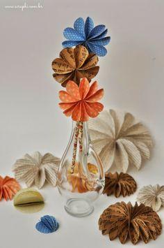 Flores de papel pra decorar a festa.