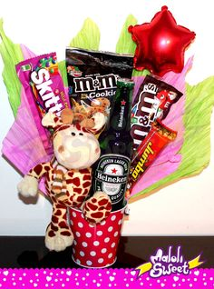 Ancheta de dulce Jirafa #Peluches #Jirafa #Heineken #Cerveza #M&M #Regalo… Candy Bouquet Diy, Diy Bouquet, Love Gifts, Gifts For Mom, Valentines Day Baskets, Sweet Trees, Chocolate Bouquet, Ideas Para Fiestas, Candy Gifts