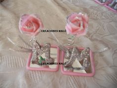 Creaciones Malú: souvenirs, adornos de tortas en porcelana fría: Souvenirs 15 años: rosas con inicial.