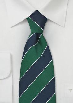 Corbata de seda azul marino con rayas verde oscuro. Sin duda un diseño tradicional con colores clásicos. El largo de esta corbata es 148 cm y el ancho 9 cm. http://www.corbatas.es/corbata-rayas-azul-marino-verde-oscuro-p-13364.html