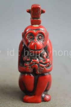 Collectible-Handwork-Old-Coral-Carving-Monkey-Hold-Baby-Auspicious-Snuff-Bottles