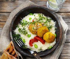 Krämigt goda ricottabiffar som här serveras på en bädd av smakrik risotto med solmogna tomater och parmesanost. Härlig vegetarisk matglädje i en grönare tid. Prova och njut!