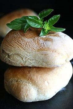 Italian rolls with sun-dried tomatoes and basil (Ciabatta) - Bread Recipes 21 Day Fix, Pain Ciabatta, Italian Rolls, Italian Bread, Good Food, Yummy Food, Salty Foods, Dried Tomatoes, Sun Dried