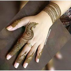 Legs are a very beautiful canvas for showcasing Mehndi. It is a tradition for the Indian bride to apply mehndi both on the hands and the legs. And this art is not just for brides, anyone willing to… Indian Mehndi Designs, Mehndi Designs 2018, Modern Mehndi Designs, Wedding Mehndi Designs, Mehandi Designs Arabic, Finger Henna Designs, Mehndi Designs For Beginners, Mehndi Designs For Fingers, Henna Tattoo Designs