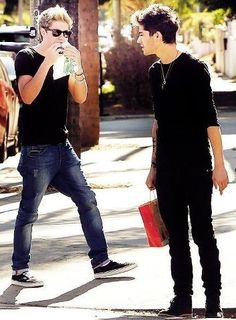 Zayn is like HURRY UP!!! And Niall is like BE QUIET, IM HAVING A SENTIMENTAL MOMENT WITH MY FOOD!! Oh how much I love these boys