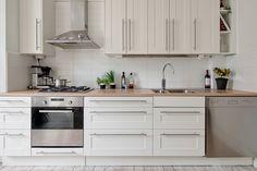 Köket är renoverat i vitt med diskmaskin