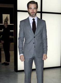 O ator americano Chris Pine um terno bem cortadíssimo do estilista Foto: ALESSANDRO GAROFALO / REUTERS