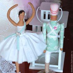 Купить или заказать Куклы Тильда 'Стойкий оловянный солдатик и Балерина' в интернет-магазине на Ярмарке Мастеров. 'Красавица стояла на одной ножке, протянув вперед обе руки, - должно быть, она была танцовщицей. Другую ножку она подняла так высоко, что наш оловянный солдатик сначала даже решил, что красавица тоже одноногая, как и он сам.' Комплект кукол Тильда 'Стойкий оловянный солдатик и Балерина'. Куклы ручной работы, выполнены в белых и голубых тонах по оригинальным выкройкам Тоне…