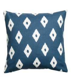 Blue/white. Cushion cover in woven cotton fabric with a printed pattern. Concealed zip.