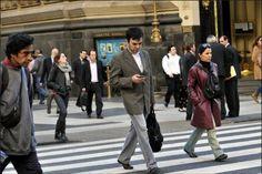 ¿Sabías que el uso de celulares afecta la postura de las personas?