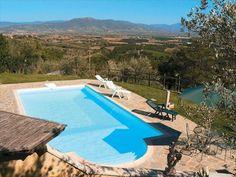 Casa La Rogaia. Een boerenhoeve op een prachtig plekje in de heuvels tussen Valdambra en Valdichiana. U geniet er van een panoramisch uitzicht - een heerlijk plekje om iedere dag af te sluiten, uitkijkend over het heuvelland, met een goed glas Toscaanse wijn in de hand!