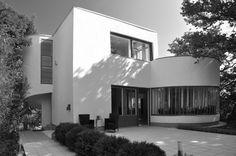 Bauhaus villa by Farkas Molnár, built in Bauhaus Interior, Bauhaus Style, Bauhaus Design, Colourful Buildings, Beautiful Buildings, Art Nouveau Architecture, Modern Architecture, Budapest, Art Deco Decor