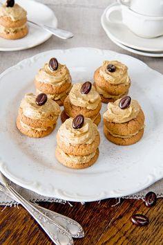 Petitfours van mokkacrème en bitterkoekjes (ingrediënten: oploskoffie (poeder), melk, roomboter, poedersuiker, eidooier, bitterkoekjes en koffieboontjes) (@ Ariadne at Home)