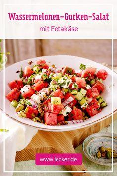 Herrlich erfrischend und so lecker: Der Wassermelonen-Gurken-Salat mit würzigen… Wonderfully refreshing and so tasty: The watermelon and cucumber salad with spicy feta cheese is the perfect salad for Cottage Cheese Salad, Salad Menu, Salad Recipes, Healthy Recipes, Seafood Salad, Vegetarian Lunch, Cucumber Salad, Feta Salad, Easy Salads