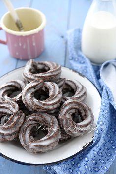 Pączki hiszpańskie w wersji czekoladowej. To pączki z ciasta parzonego z dodatkiem kakao, pokryte lukrem. Wielbiciele czekoladowych wypieków będą zachwyceni. #pączki #tłustyczwartek