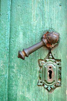 turquoise old door and lock Door Knobs And Knockers, Knobs And Handles, Door Handles, The Doors, Windows And Doors, Turbulence Deco, Old Keys, Door Detail, Gates