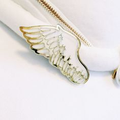 This beautiful hairpin takes the form of an elegant wing! Perched just above your ear or any other place you'd like to put it, this shiny and stylish accessory is sure have you feeling as if you're floating on air just like a bird flying through the sky! You can even attach this stylish pin to your collar should you wish. Why not match it up with the Habataku Tameno Necklace for the complete look?